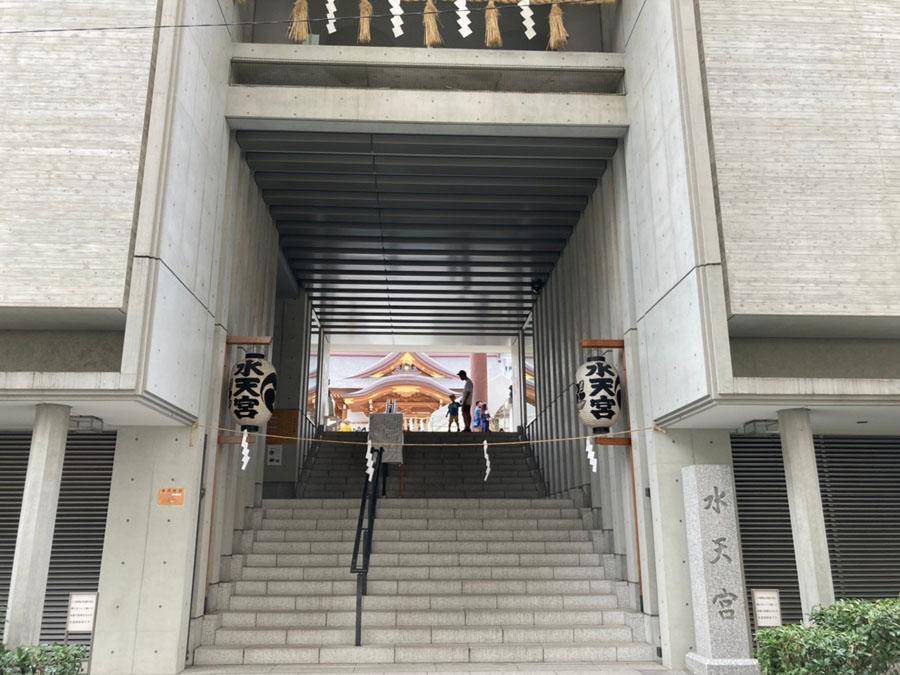 コンクリート造の階段が特徴的な水天宮
