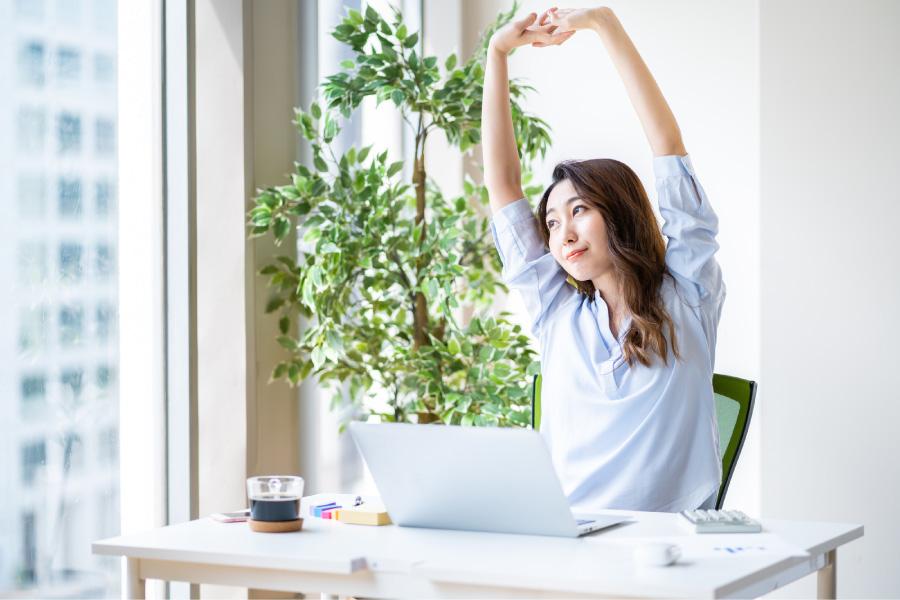 仕事中に息抜きをする女性