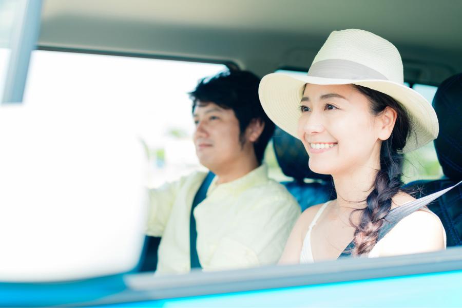 ドライブに出かける夫婦