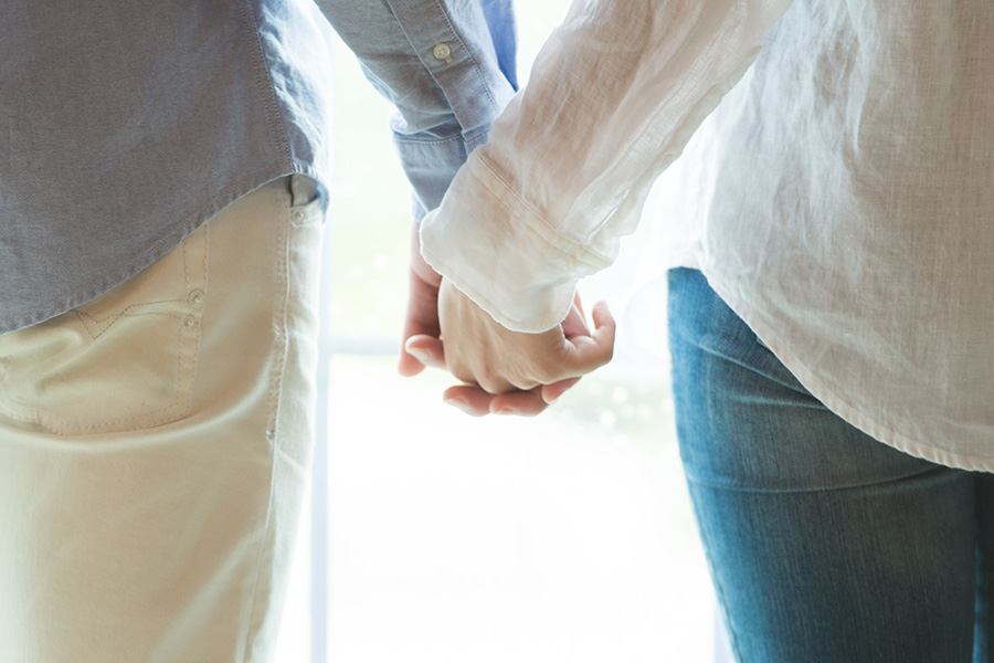 手をつなぐ夫婦